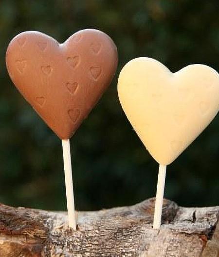 Schokoladenlutscher in Herzform in drei Sorten