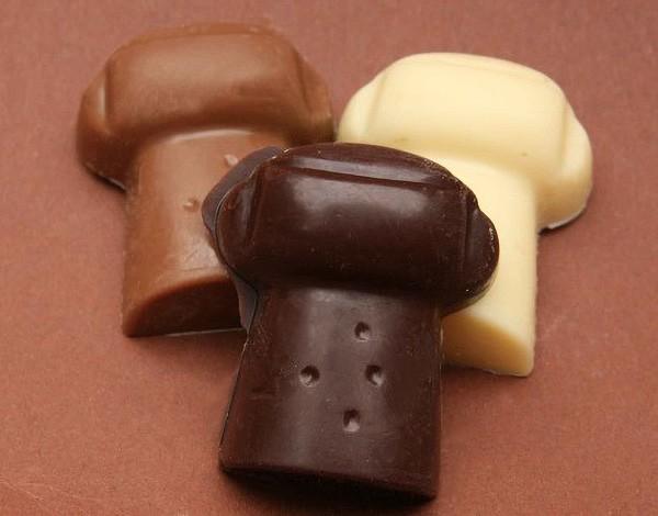 3 Sektkorkenhälften in 3 Sorten Schokolade