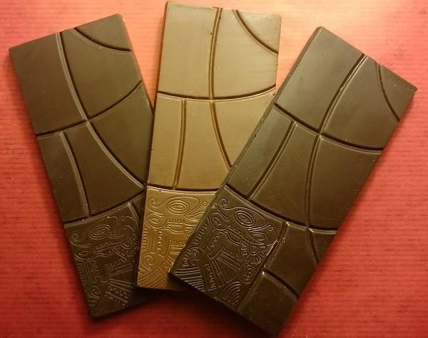 Sortenreine hauchdünne feine Täfelchen in drei Kakaosorten