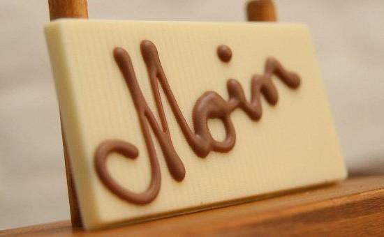 """Täfelchen mit Beschriftung """"Moin"""" aus weisser Schokolade"""