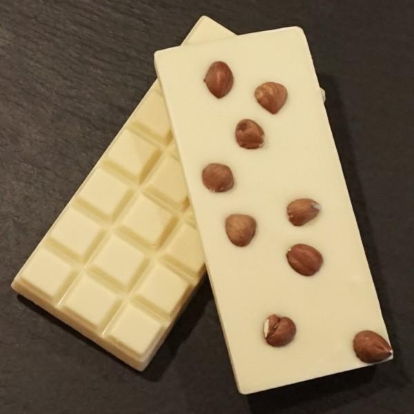 Ganze Haselnuss Schokoladentafel aus weisser Schokolade