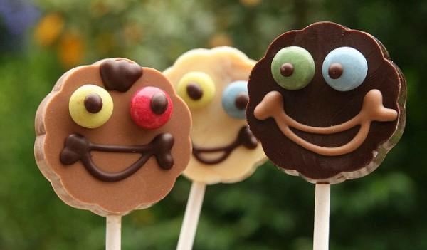 Lustige Schokoladenlutscher mit Smiley Gesicht in drei Sorten